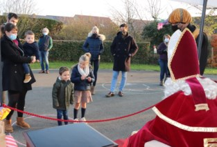 Sinterklaas ontvangt kinderen op straat