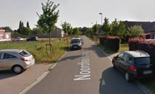 'Vrachtwagensluis' om zwaar verkeer weg te halen uit smalle straat zonder voetpaden en fietspaden