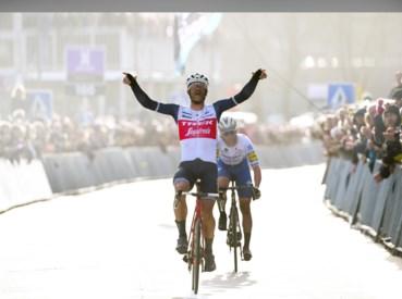 Vorig jaar won Jasper Stuyven de Omloop Het Nieuwsblad wel nog tussen de toeschouwers.