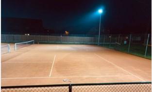 Verlichting rond velden zodat mensen ook in de winter kunnen blijven tennissen