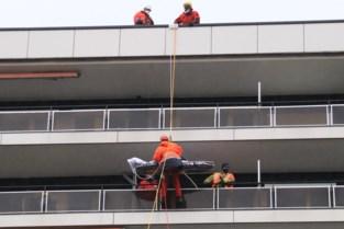 Brandweer evacueert gewonde vrouw van veertiende verdieping