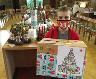 Kinderen maken kerstdozen voor daklozen