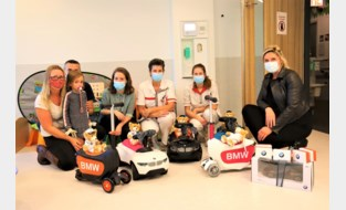 Autohandelaar verrast pediatrie van AZ Alma en AZ Zeno met speelgoedauto's