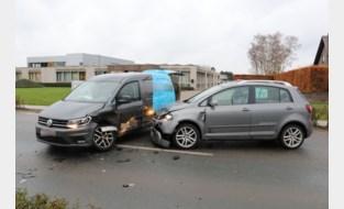 Grote verkeershinder door ongeval met twee wagens op industrieterrein Hoogveld<BR />