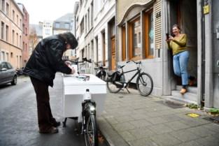 """Jeroen Olyslaegers brengt 'Wildevrouw' met de fiets tot aan de voordeur: """"Dit is fun!"""""""
