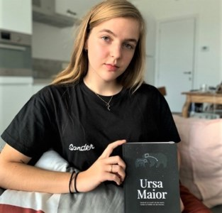"""Lotte (23) schrijft verdriet over dood broer van zich af: """"Ik zal altijd te weinig herinneringen hebben aan Sander"""""""