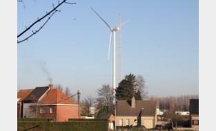 Eerste van twee windturbines op site Jan De Nul staat recht