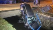 Auto knalt door omheining van Demer in Bilzen: bestuurster ongedeerd