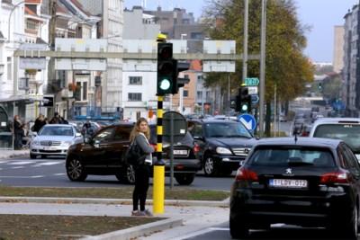 Auto's onder de Heuvelpoort, een tram erover: studie over druk knooppunt wordt opgestart