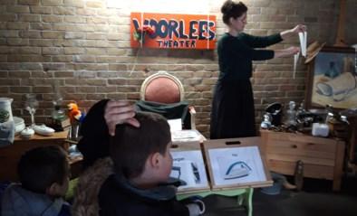 Waterlelie bouwt theater met boeken die uit de lucht vallen