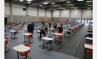 Leerlingen helpen sporthal ombouwen tot examenlokaal