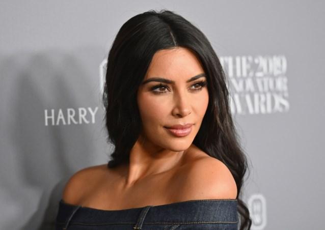 Kim Kardashian kiest voor jurk met grote foto van zichzelf