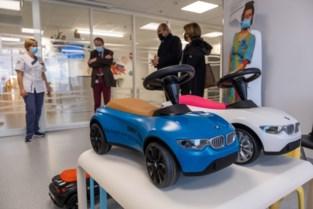 Autodealer schenkt babyracers aan kinderafdeling