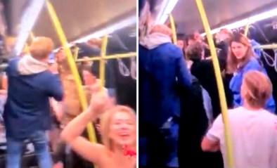 Nederlandse studenten gaan helemaal uit de bol op feestje in bus ondanks coronamaatregelen