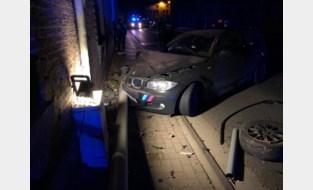 Autobestuurder knalt tegen verlichtingspaal, straatverlichting valt uit<BR />