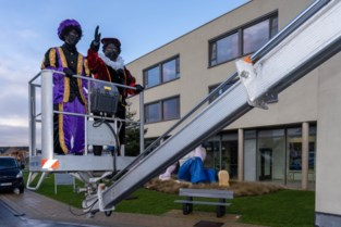 Sinterklaas bezoekt zwaargetroffen woon-zorgcentrum via hoogtewerker, en één van zijn Pieten lijkt verdacht veel op burgemeester Dedecker