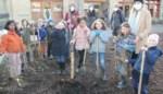 Schoolkinderen vergroenen speelruimte met provinciale en regionale steun