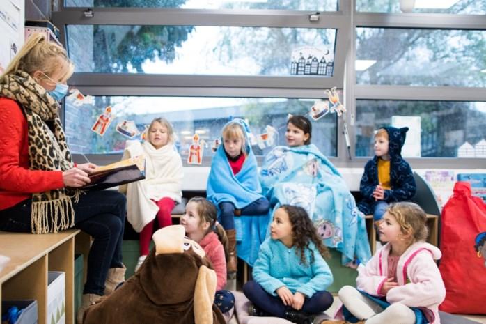 Ramen open, badjas aan: zo proberen scholen de klas te verluchten, maar toch warm te blijven in coronawinter