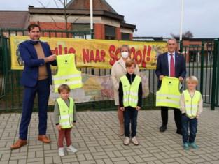 Papa Kristof schenkt fluohesjes aan leerlingen van basisschool Mozaïek