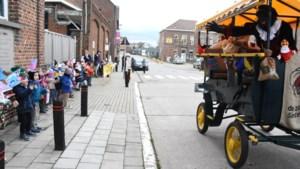 Sinterklaas rijdt coronaproof langs alle Gooikse scholen