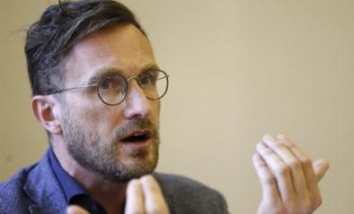 """""""U bent zelf een beleidsmaker en u respecteert niet eens de regels"""": RTBF-journalist maakt zich kwaad op Pascal Smet tijdens bijeenkomst in kleine ruimte"""