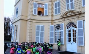 Kinderen van Hingense basisschool groeten Sinterklaas in Kasteel d'Ursel