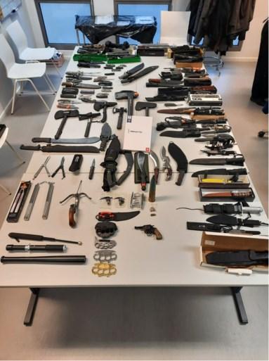 Machetes, matrakken, boksbeugels, kruisboog, vlindermessen,... : wapenarsenaal en drugs aangetroffen bij dealer thuis