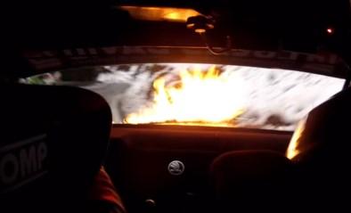 Spectaculaire beelden: Belgische rallypiloot ziet motor in brand slaan na botsing met rots in Monza