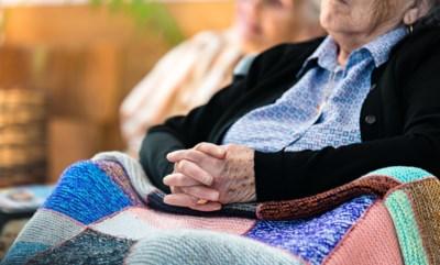 Cécile (86) geruïneerd door koppel dat zij vertrouwde als haar eigen kinderen: poetsvrouw en echtgenoot verpatsen 275.000 euro spaargeld
