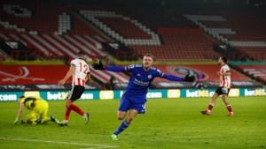 Jamie Vardy bezorgt Leicester City in de slotfase de zege in Sheffield (en trapt vervolgens de cornervlag doormidden)