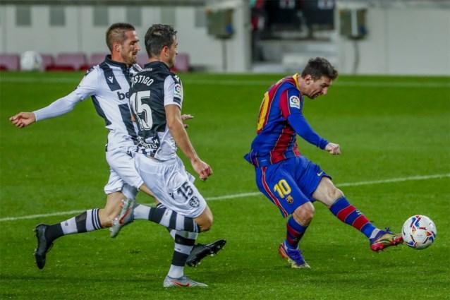 Lionel Messi bezorgt Barcelona nipte zege tegen degradatiekandidaat en redt vel Ronald Koeman