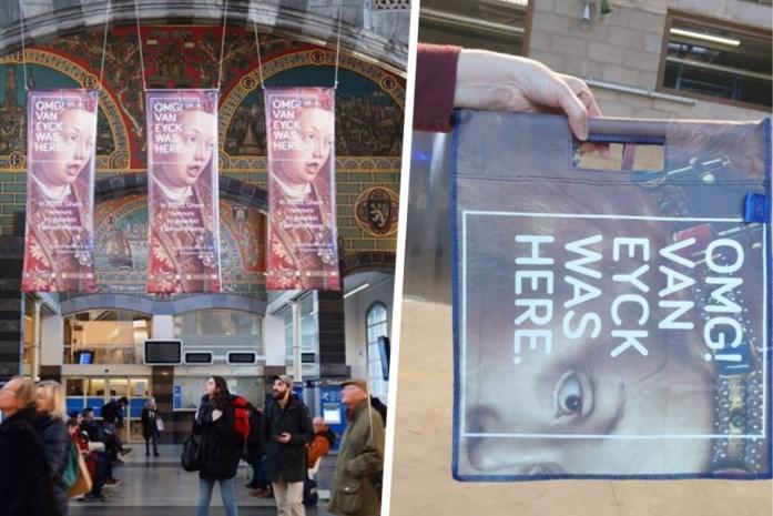 Van affiche naar handtas: unieke Gentse handtassen gemaakt uit Van Eyck-banners