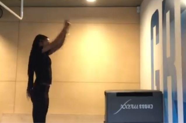 Oef, dat was nipt! Nafi Thiam vermijdt 'face plant' bij mislukte oefening op training