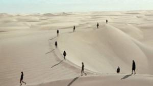 Saint Laurent trekt met spectaculaire modeshow naar de woestijn