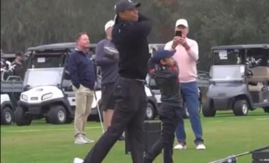"""Al 4,7 miljoen keer bekeken, de synchrone swing van Tiger Woods en zoon Charlie (11): """"Hij houdt van mooie shots"""""""