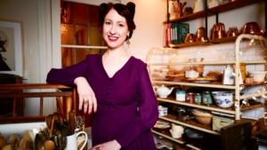 """'Bake off'-jurylid Regula Ysewijn maakte het officiële kookboek van 'Downton Abbey': """"Als het aanbod van je leven langskomt, dan zeg je ja"""""""