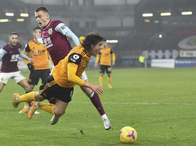 Burnley pakt broodnodige zege tegen Wolverhampton en kruipt zo weg uit degradatiezone