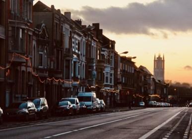Buren hangen kilometerlange lichtslinger in ongezellige straat