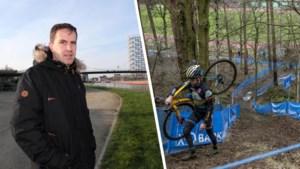 """Vandaag duelleren Van Aert en Van der Poel in gloednieuwe cross: hoe bouw je zo'n parcours? """"Alles begint met de materiaalpost"""""""