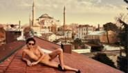 Naaktmodel Marisa Papen riskeert tot zeven jaar cel voor foto's bij moskee in Istanboel