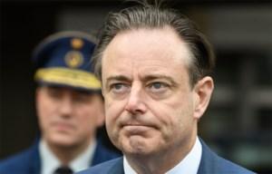 """Bart De Wever ontslaat agent die allochtone medewerker """"vies ventje"""" noemde"""