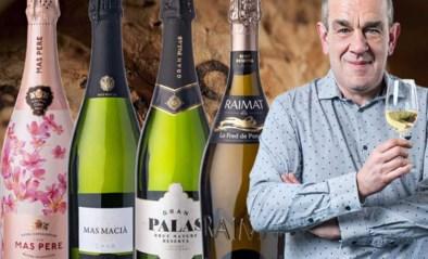 Onze wijnkenner Alain Bloeykens plukt vier flessen cava uit het schap