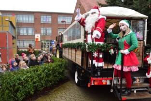 Kerstman trekt met huifkar door Rijkevorsel