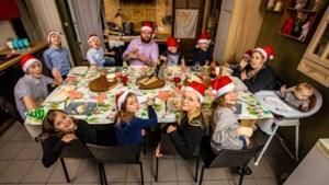 Hier zitten ze met dertien aan tafel op kerstavond, en toch riskeren ze geen boete
