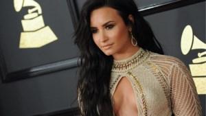 Demi Lovato zet haar striemen in de kijker met glitter