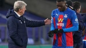 """Christian Benteke geblesseerd naar de kant bij Crystal Palace, coach spreekt van """"kneuzing zonder probleem op langere termijn"""""""