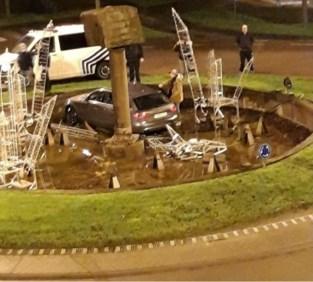 Man belandt met auto in fontein met kerstversiering en verliest rijbewijs