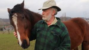 """Ex-korpschef is nu vrijwilliger op paardenboerderij: """"Laat mij maar mest scheppen"""""""