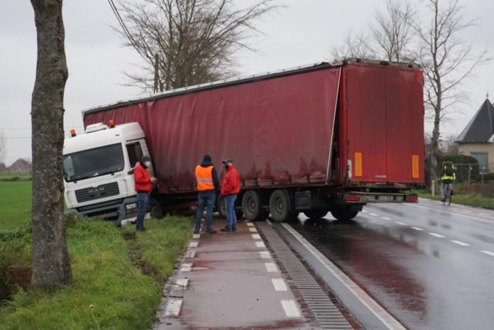 Trucker verliest controle over stuur, kan nipt fietser ontwijken en eindigt in gracht