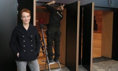 Loodzware gitzwarte deuren houden lawaai buiten in De Kaekelaer